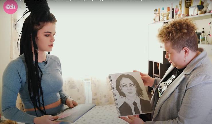 Девушка увлекается рисованием