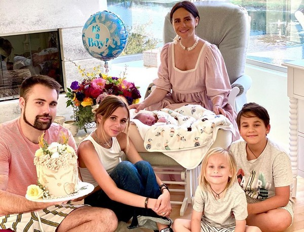 Певица поделилась снимком в окружении родных
