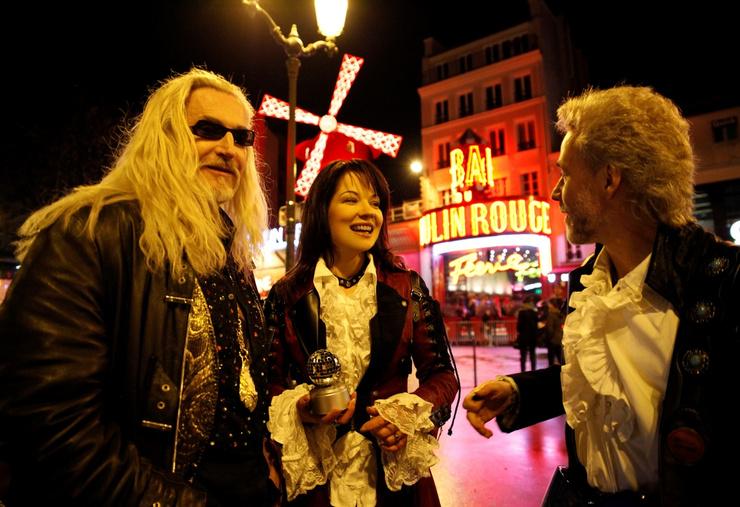 Звезды пили шампанское и весело дебоширили на улицах Парижа