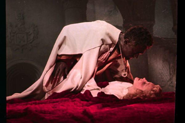 Кадр из фильма «Отелло», в котором Сергей Бондарчук играет со своей будущей женой