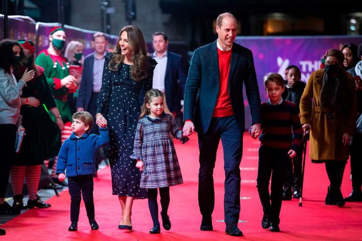 Недавно малыш Луи выходит в свет вместе с родителями, братом и сестрой.