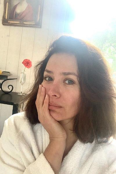 У актрисы опухло лицо
