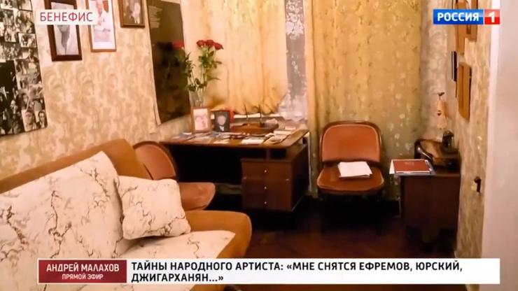 В кабинете много архивных снимков Татосова