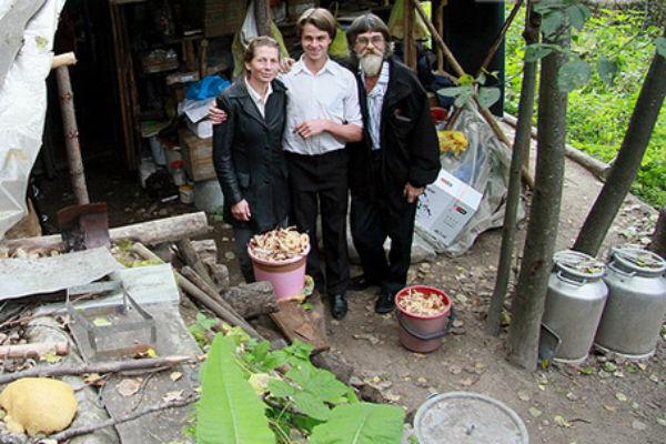 22-летний Оджан Наумкин вместе с родителями 20 лет прожил в лесу, в землянке. Там, по его словам, он научился тонко чувствовать природу