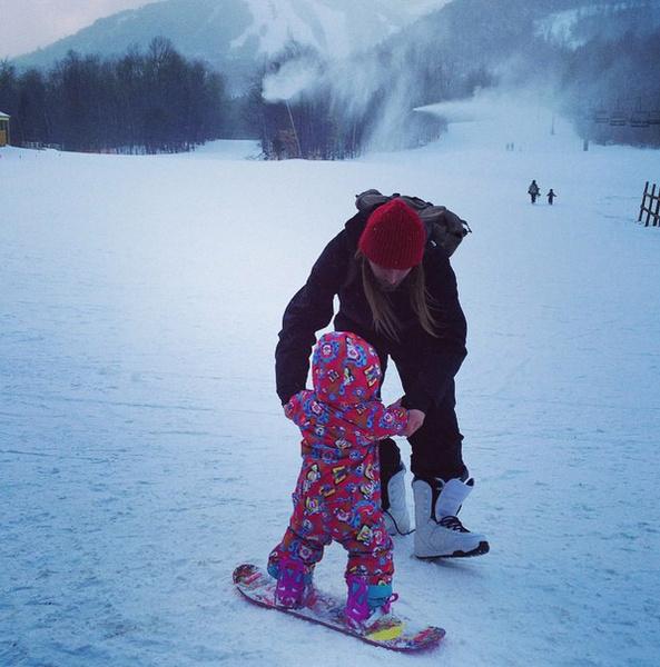 Искусству катания на сноуборе Музу обучает ее отец