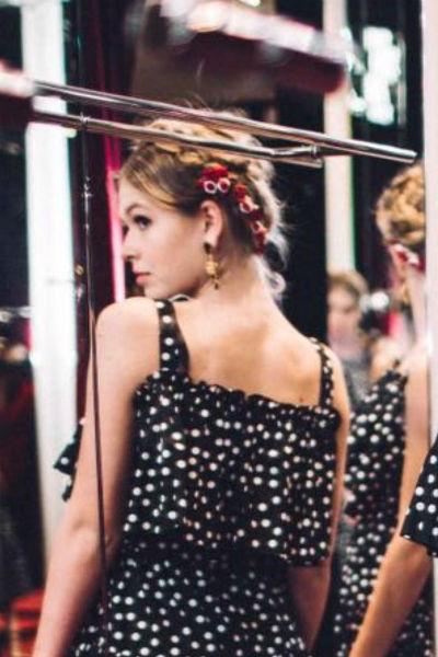 Девушка мечтает связать свою жизнь с модной индустрией
