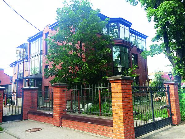 Дом раздора расположен в поселке Коломяги под Петербургом