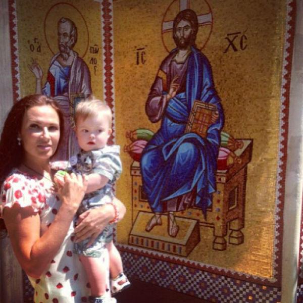 Вход в монастырь богато декорирован мозаикой