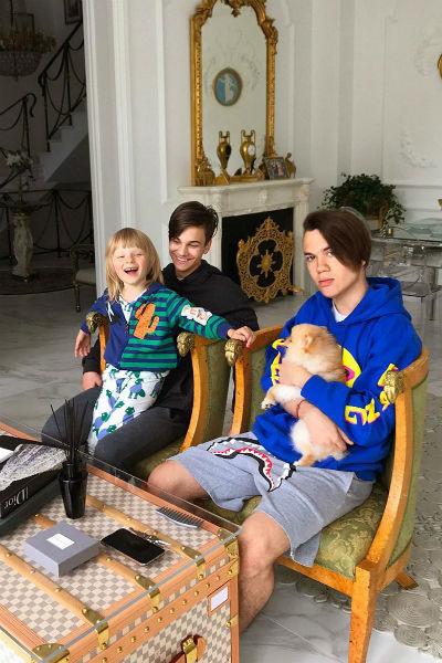 Рудковская воспитывает троих сыновей
