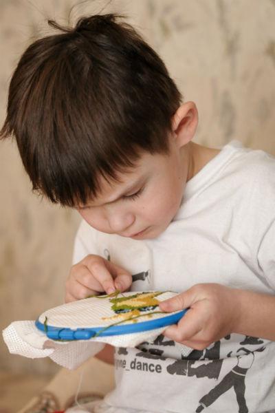 Елисей с 4 лет увлекается вышивкой и брейк-дансом