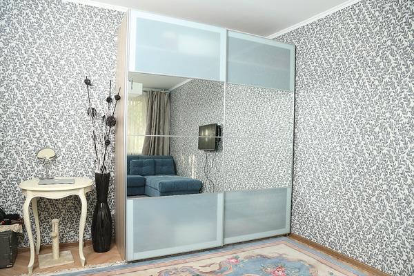 Зеркальный шкаф зрительно увеличивает пространство