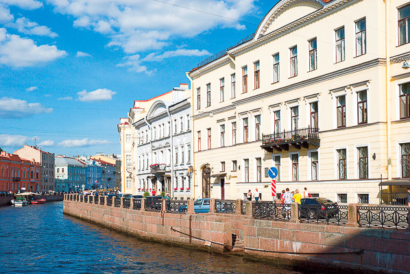 Оля приобрела роскошные апартаменты в Санкт-Петербурге с видом на реку Мойку