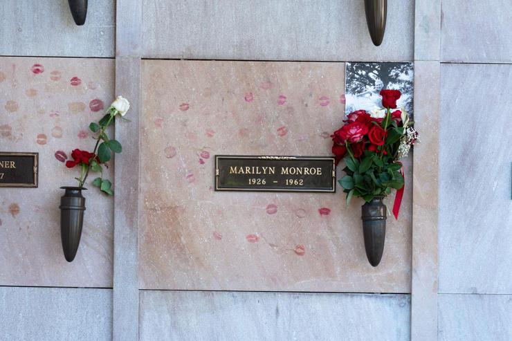 В ночь на 5-е августа 1962-го смерть актрисы была официально подтверждена доктором Хайманом Энгельбергом, который прибыл в дом около 3:50 ночи