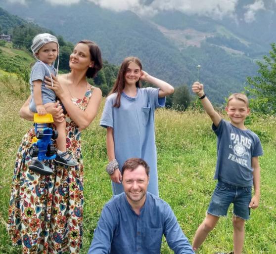 Актер с женой и детьми