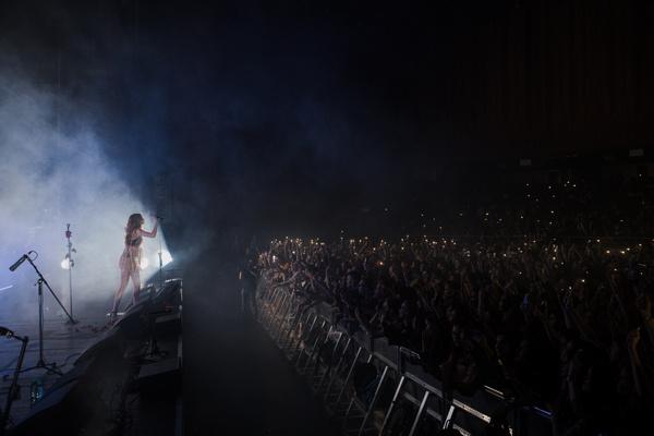 Несколько тысяч людей пели вместе со звездой