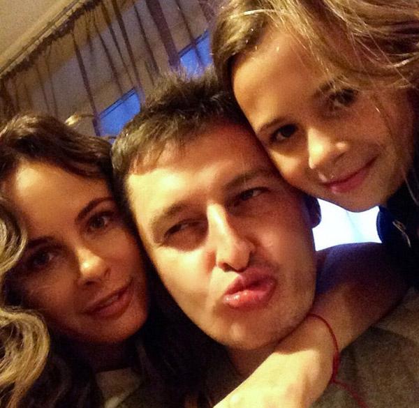 Саша Зверева с мужем Дмитрием Алмазовым и дочерью Василисой