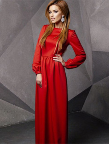 Сама же телеведущая теперь предпочитает платья в пол и сложные прически