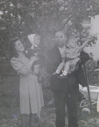 Алла и ее брат Женя на руках у мамы и дедушки