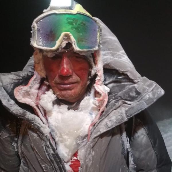 Люди не смогли продолжить восхождение на Эльбрус из-за снежного шторма