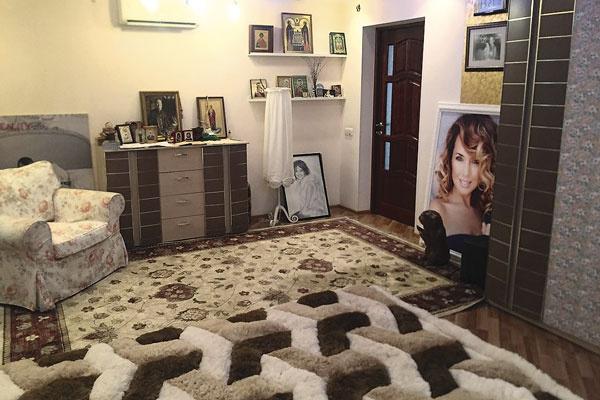 В спальне певицы много икон