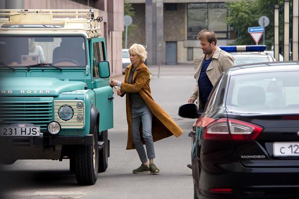 В нашей версии Porsche главной героини заменили на военный Land Rover Defender
