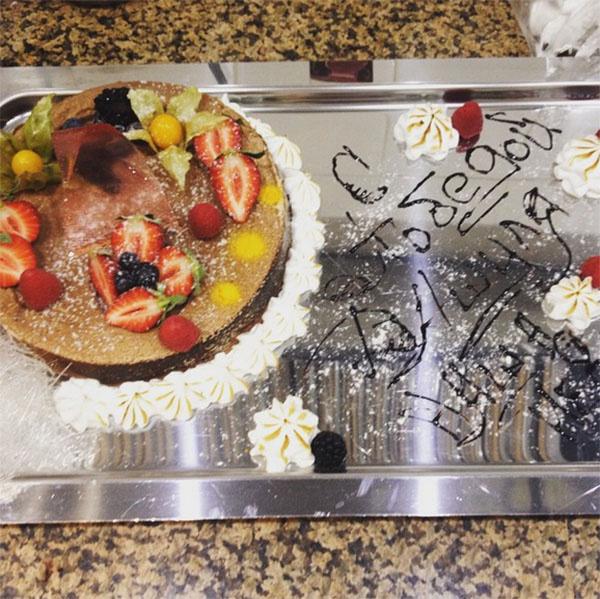 В подарок Даше преподнесли торт