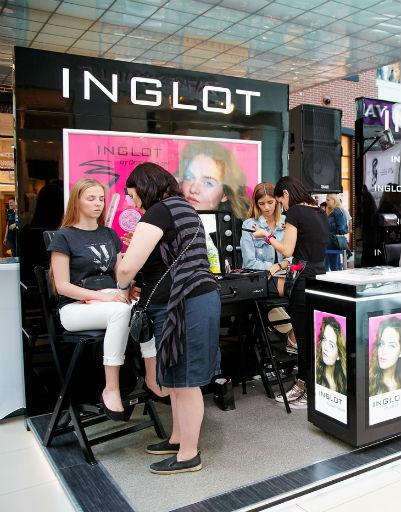 Ведущий визажист INGLOT Тим Лео представил три варианта макияжа: белые стрелки, сиреневые глаза и морские smokey eyes.
