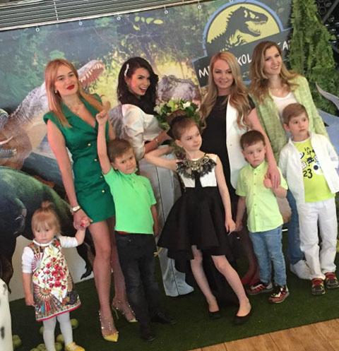 Катя Жужа с дочкой Николь (в центре) и их гости