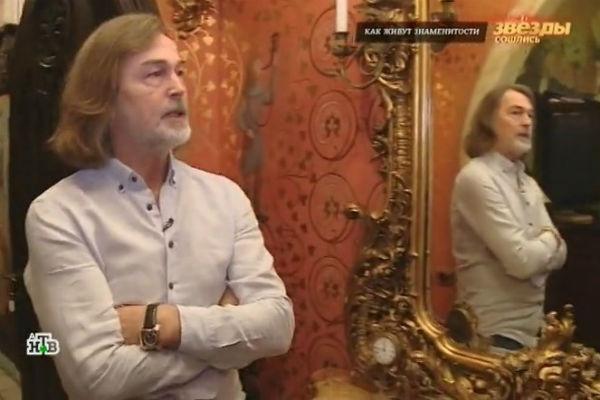 Художник дома смотрится в зеркало 16 века