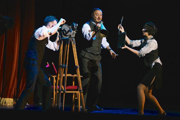 Артист блистает на сцене в мюзикле Pola Negri
