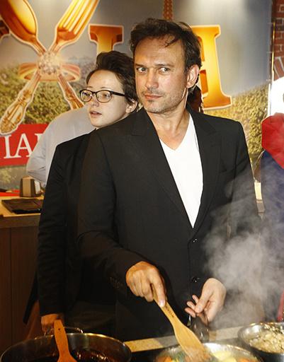Венсан Перес кашеварит на кулинарном мастер-классе
