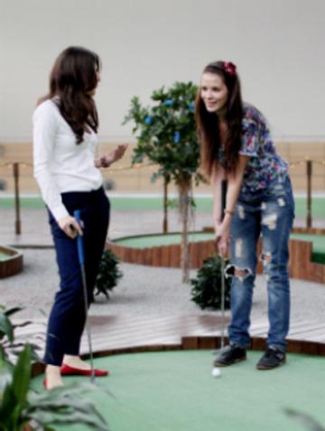 Улучив свободную минутку, Екатерина Токарева решила поиграть в гольф