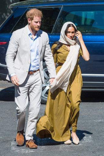 Для посещения мечети Меган выбрала платье в пол горчичного цвета