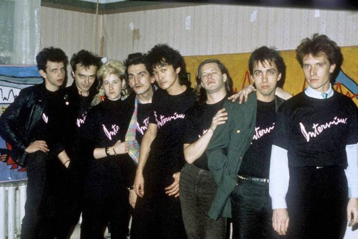 Цой дружил со многими ленинградскими музыкантами и принимал участие в шоу Сергея Курехина «Поп-механика»