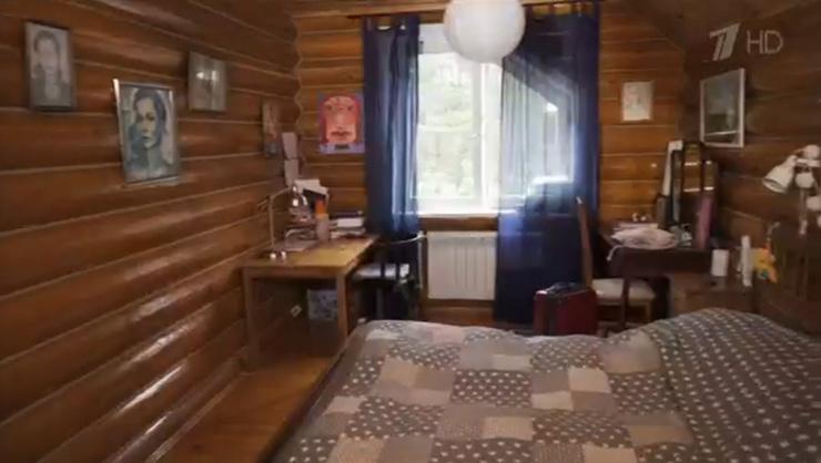 Интерьер звездной дачи очень простой, но комнаты наполнены уютом