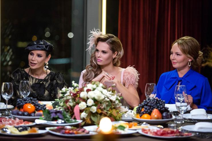 Вместе с Айзой Долматовой и Марией Горбань актриса вела шоу.