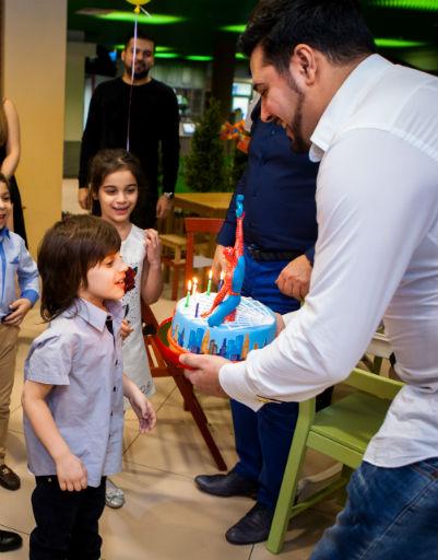 Именинник Марсель задувает свечки на торте