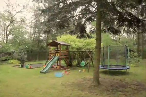 Не так давно на даче Барбары Брыльска появилась детская площадка, где обожают резвиться ее внуки