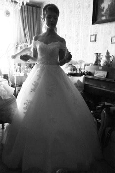В платье невесты Александра выглядела обворожительно