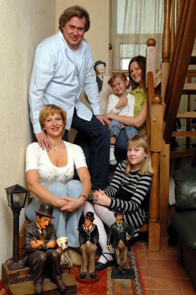 Юрий Стоянов с женой Еленой, дочками Катей, Настей и Ксенией