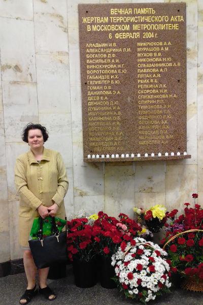Анна каждую неделю приносит к памятнику цветы