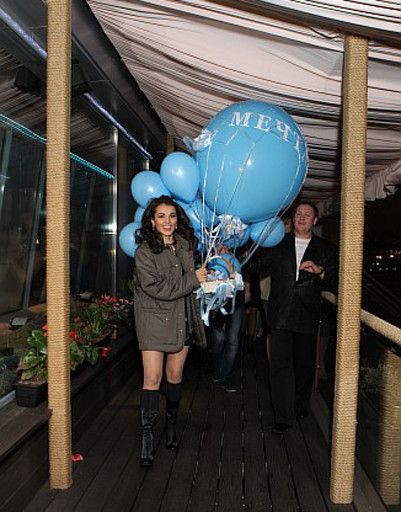 Сати с воздушными шарами и корзиной с желаниями