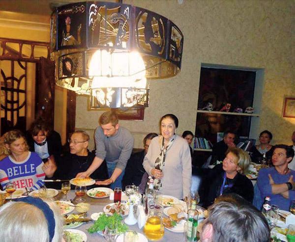 Юлия Высоцкая и Андрей Кончаловский  вместе с другими актерами поужинали  в частном ресторане местного олигарха – поклонника искусств