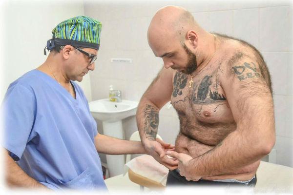 Мужчина продолжает бороться за стройное тело