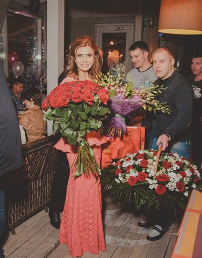 Ирина Агибалова получила в подарок столько цветов, что их пришлось увозить на двух машинах