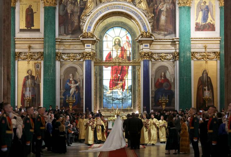 За церемонией наблюдают представители разных королевских домов