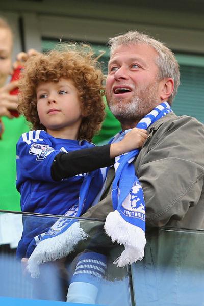 Абрамович с сыном во время футбольного матча