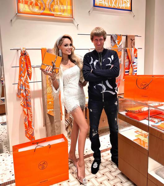 На день рождения Калашникова преподнесла бойфренду портфель Hermes