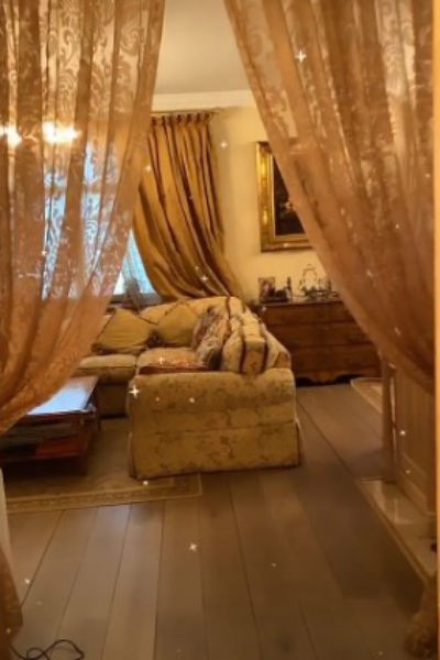 Гостиная в квартире певицы оформлена в коричневых и бежевых тонах