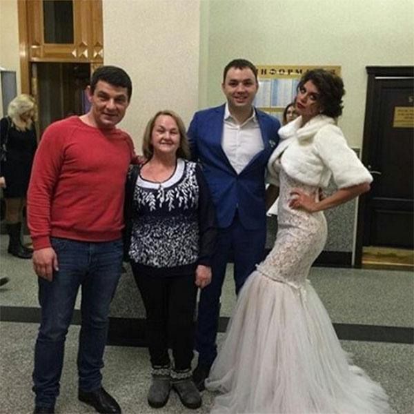 Родители поздравляют молодых с бракосочетанием